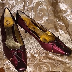 NWOT J. Renee Maroon Leather & Fabric Heels Sz11